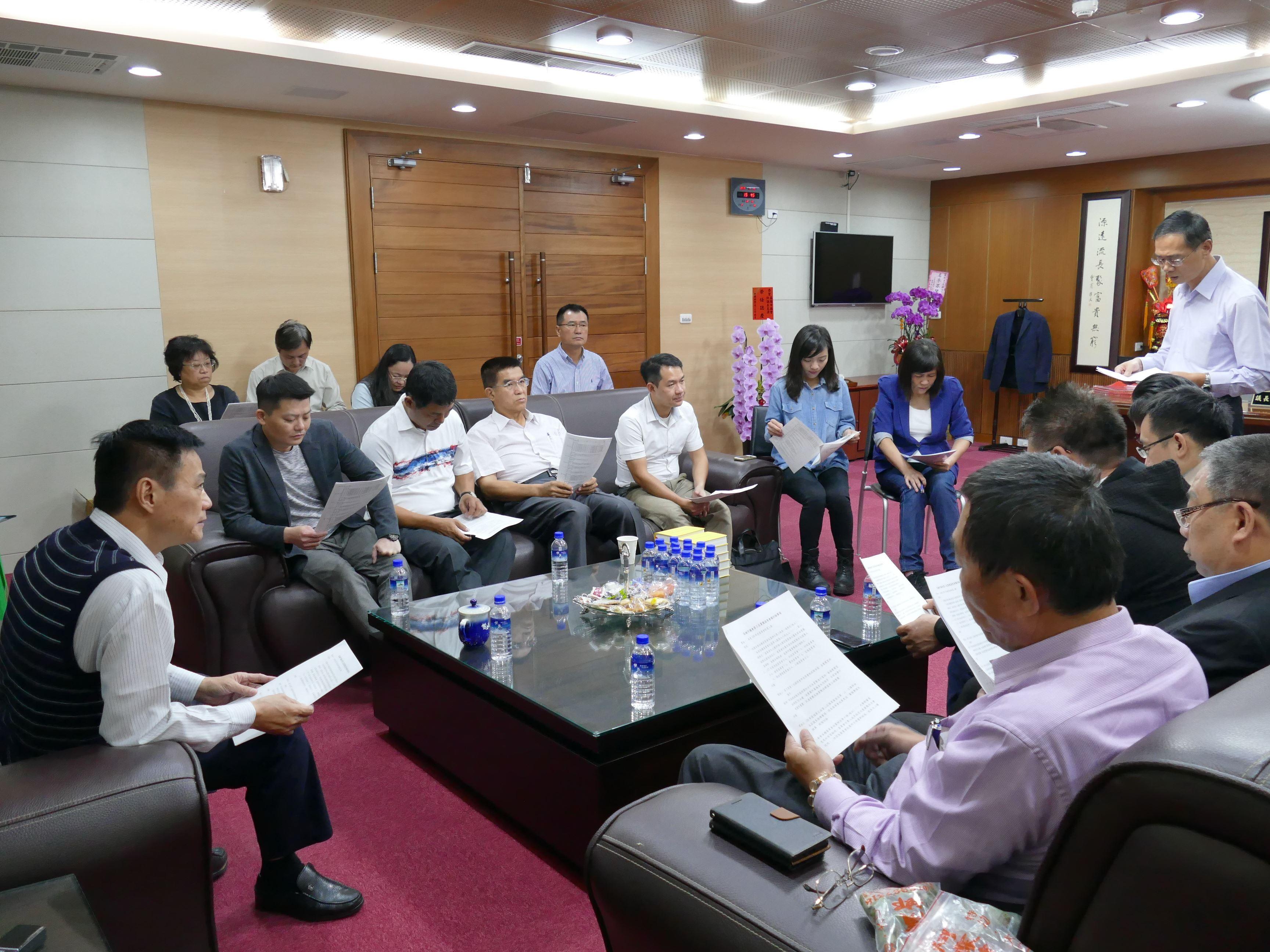 市長簡要施政報告後由民進黨團、無黨團結聯盟及國民黨團依序質詢